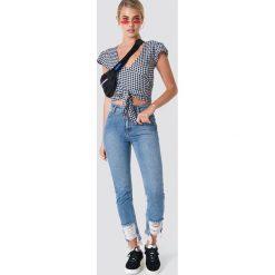 Spodnie damskie: NA-KD Jeansy z rozdarciami - Blue