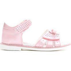 Jasnoróżowe Sandały Sparks Fly. Czerwone sandały dziewczęce marki Born2be, z materiału, z otwartym noskiem. Za 59,99 zł.