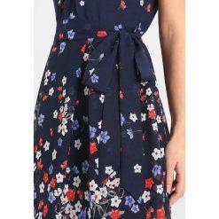 Sukienki hiszpanki: Dorothy Perkins Petite BILLIE AND BLOSSOM BOARDER FLORAL V NECK DRESS Sukienka letnia dark navy