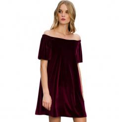Sukienka w kolorze bordowym. Czerwone sukienki marki Almatrichi, s, z dekoltem w łódkę, midi, proste. W wyprzedaży za 149,95 zł.