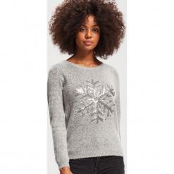 Sweter z aplikacją - Szary. Szare swetry klasyczne damskie marki Mohito, l. Za 79,99 zł.