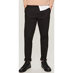 Chinosy męskie: Eleganckie spodnie carrot fit – Czarny