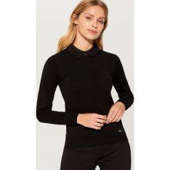Sweter z ozdobnym kołnierzykiem - Czarny. Czarne swetry klasyczne damskie Mohito, l. Za 99,99 zł.