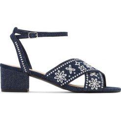 Rzymianki damskie: Denimowe sandały haftowane w kwiatki