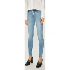 Guess Jeans - Jeansy 1981. Niebieskie jeansy damskie rurki Guess Jeans, z aplikacjami, z bawełny, z podwyższonym stanem. Za 459,90 zł.