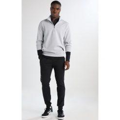 Adidas Golf TECH QUARTER HALF ZIP LAYER Bluza z polaru off white. Białe bejsbolówki męskie adidas Golf, l, z elastanu. W wyprzedaży za 359,10 zł.