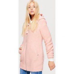 Lekki płaszcz z kapturem - Różowy. Czerwone płaszcze damskie pastelowe Cropp, l. W wyprzedaży za 149,99 zł.