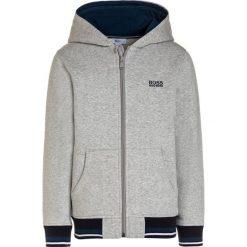 BOSS Kidswear JOGGING Bluza rozpinana hellgrau meliert. Niebieskie bluzy chłopięce rozpinane marki BOSS Kidswear, z bawełny. Za 349,00 zł.