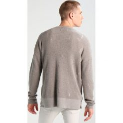 AllSaints FORRAM CREW OVERSIZED FIT Sweter putty grey marl. Szare kardigany męskie marki AllSaints, m, z bawełny. W wyprzedaży za 487,20 zł.