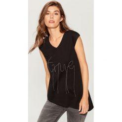 Koszulka z łańcuszkową aplikacją - Czarny. Czarne t-shirty damskie marki Mohito, l, z aplikacjami. W wyprzedaży za 29,99 zł.