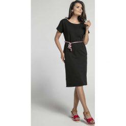 Czarna Prosta Sukienka Midi Przewiązana Kolorowym Sznurkiem. Sukienki małe czarne marki Molly.pl, na co dzień, l, w kolorowe wzory, z krótkim rękawem, dopasowane. W wyprzedaży za 113,37 zł.