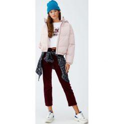 Pikowana kurtka z kapturem. Czerwone kurtki damskie pikowane marki Pull&Bear, z kapturem. Za 139,00 zł.