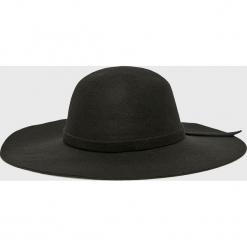 Answear - Kapelusz. Czarne kapelusze damskie ANSWEAR, z poliesteru. W wyprzedaży za 47,90 zł.