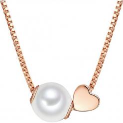 Pozłacany naszyjnik z perłami w kolorze białym - dł. 40 cm. Żółte naszyjniki damskie marki METROPOLITAN, pozłacane. W wyprzedaży za 136,95 zł.