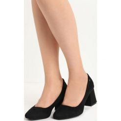 Czarne Czółenka Emblem. Czarne buty ślubne damskie Born2be, ze skóry, na niskim obcasie, na słupku. Za 34,99 zł.