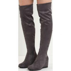 Szare Kozaki Do a Job. Szare buty zimowe damskie marki Born2be, z materiału, z okrągłym noskiem, na koturnie. Za 44,99 zł.