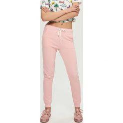 Spodnie dresowe damskie: Dresowe spodnie – Różowy