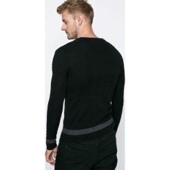 Guess Jeans - Kardigan Carry. Szare kardigany męskie marki Guess Jeans, m, z aplikacjami, z dzianiny. W wyprzedaży za 249,90 zł.