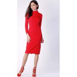 Nowoczesna Czerwona Prosta Sukienka Midi z Półgolfem. Czerwone sukienki balowe Molly.pl, na co dzień, l, z kopertowym dekoltem, z długim rękawem, midi, kopertowe. Za 159,90 zł.