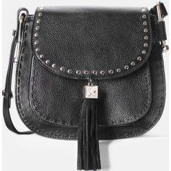 Czarna torebka damska. Czarne torebki klasyczne damskie Kazar, w paski, ze skóry, z breloczkiem. Za 749,00 zł.