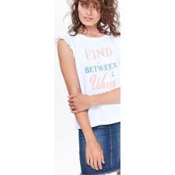 T-SHIRT KRÓTKI RĘKAW DAMSKI Z FALBANKAMI NA RĘKAWACH Z NADRUKIEM. Białe t-shirty damskie marki Christmas T-Shirt, xl, z bawełny. Za 19,99 zł.
