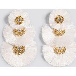 Kolczyki damskie: NA-KD Boho Okrągłe kolczyki oversize z chwostami - White,Gold
