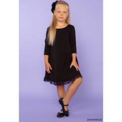 Elegancka sukienka z koronką, TD25_2, czarny. Czarne sukienki dziewczęce dzianinowe Pakamera, w koronkowe wzory, eleganckie. Za 89,00 zł.