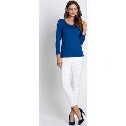 Niebieska klasyczna bluzka BIALCON. Niebieskie bluzki damskie BIALCON, uniwersalny, z materiału, eleganckie, z klasycznym kołnierzykiem. W wyprzedaży za 48,00 zł.