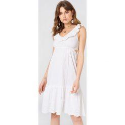 Debiflue x NA-KD Sukienka z wycięciami - White. Niebieskie sukienki na komunię marki Reserved, z odkrytymi ramionami. Za 242,95 zł.