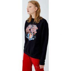 Bluza z kolorowym logo AC/DC. Czarne bluzy damskie Pull&Bear, w kolorowe wzory. Za 139,00 zł.