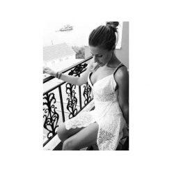 Koronkowa sukienka krótka ze skrzyżowanymi ramiączkami. Białe sukienki koronkowe marki WOW, l, w koronkowe wzory, z krótkim rękawem, mini. Za 180,00 zł.
