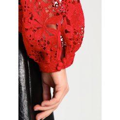 Bardot VALENTINA LACE TOP Bluzka raspberry. Czerwone bluzki damskie Bardot, m, z materiału. W wyprzedaży za 209,50 zł.