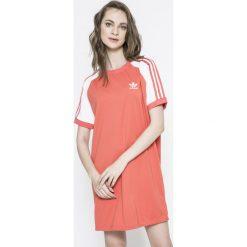 Adidas Originals - Sukienka. Różowe sukienki dzianinowe adidas Originals, na co dzień, s, z aplikacjami, casualowe, z okrągłym kołnierzem, z krótkim rękawem, mini, proste. W wyprzedaży za 199,90 zł.