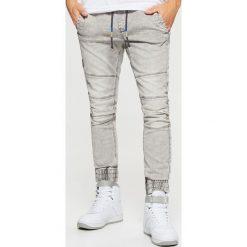 Jeansy SLIM JOGGER - Jasny szary. Szare jeansy męskie slim marki Cropp. Za 139,99 zł.