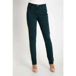 Proste zielone spodnie z regularnym stanem QUIOSQUE. Zielone spodnie z wysokim stanem QUIOSQUE, w paski, z bawełny. Za 159,99 zł.