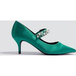 NA-KD Shoes Satynowe czółenka ze zdobionym paskiem - Green. Zielone buty ślubne damskie NA-KD Shoes, w paski, z satyny, na obcasie. W wyprzedaży za 54,59 zł.