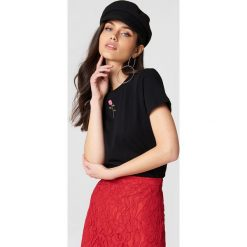NA-KD T-shirt z haftowaną różą - Black. Szare t-shirty damskie marki NA-KD, z bawełny, z podwyższonym stanem. Za 40,95 zł.