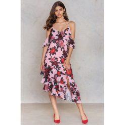 Sukienki: NA-KD Trend Asymetryczna sukienka z warstwową falbanką – Pink,Multicolor