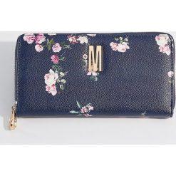 Portfel z kwiatowym nadrukiem - Granatowy. Niebieskie portfele damskie Mohito, z nadrukiem. W wyprzedaży za 39,99 zł.