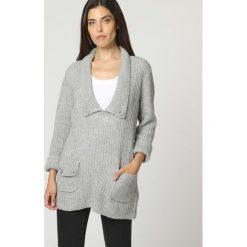 Sweter w kolorze szarym. Szare swetry klasyczne damskie marki William de Faye, z kaszmiru. W wyprzedaży za 132,95 zł.