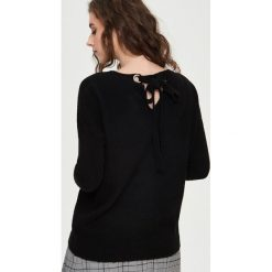 Sweter z wiązaniem - Czarny. Białe swetry klasyczne damskie marki Sinsay, l, z napisami. Za 59,99 zł.