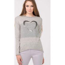 Swetry klasyczne damskie: Sweter z sercem