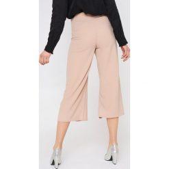 Rut&Circle Spodnie z rozcięciami Ofelia - Pink. Zielone spodnie z wysokim stanem marki Rut&Circle, z dzianiny, z okrągłym kołnierzem. Za 161,95 zł.