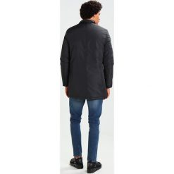 Knowledge Cotton Apparel RIB STOP FUNCTIONAL Krótki płaszcz phantom. Czarne płaszcze na zamek męskie Knowledge Cotton Apparel, m, z materiału. W wyprzedaży za 454,05 zł.