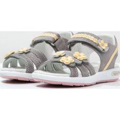 Superfit EMILY Sandały griffin. Szare sandały chłopięce marki Superfit, z materiału, z otwartym noskiem. W wyprzedaży za 179,40 zł.