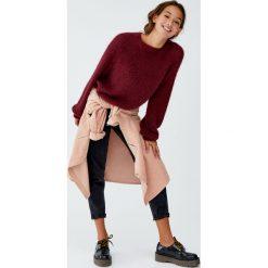 Kolorowy sweter z dzianiny z długim włosem. Czerwone swetry klasyczne damskie Pull&Bear, z dzianiny. Za 89,90 zł.