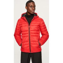 Pikowana kurtka z kapturem - Czerwony. Czerwone kurtki męskie pikowane marki Nike, s, z poliesteru. Za 169,99 zł.