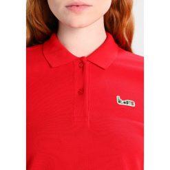 Lacoste LIVE Koszulka polo red. Czerwone bluzki asymetryczne Lacoste LIVE, z bawełny, polo. Za 669,00 zł.