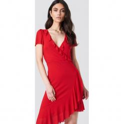 Kristin Sundberg for NA-KD Asymetryczna sukienka z falbaną - Red. Czerwone sukienki asymetryczne Kristin Sundberg for NA-KD, z asymetrycznym kołnierzem, midi. Za 133,95 zł.