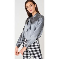 Rut&Circle Satynowa koszula Maya - Grey. Szare koszule wiązane damskie marki Rut&Circle, z poliesteru, z długim rękawem. Za 141,95 zł.